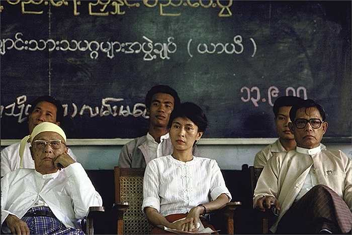 Bà Aung San Suu Kyi ngồi cùng các lãnh đạo đối lập ở Myanmar năm 1988