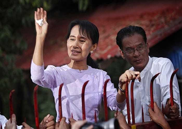 Bà Aung San Suu Kyi vẫy tay với người ủng hộ tháng 11/2010