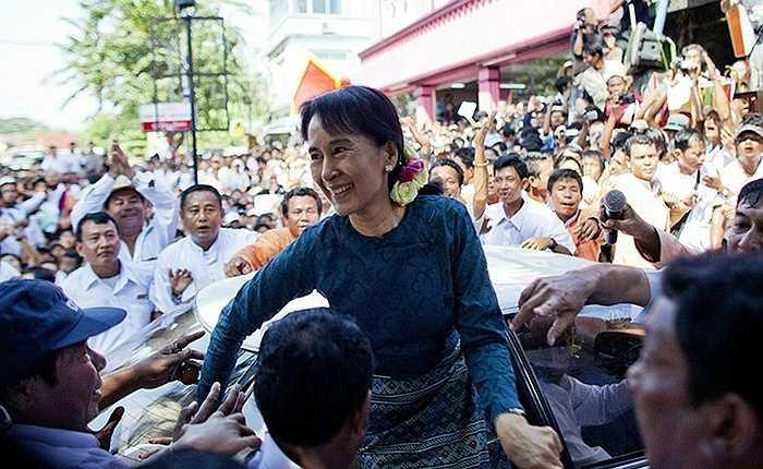 Ngày 14/11/2010, bà Aung San Suu Kyi đến thăm trụ sở đảng NLD ở Rangoon