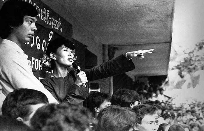 Bà Aung San Suu Kyi trong một cuộc biểu tình phản đối nhà cầm quyền quân sự năm 1989