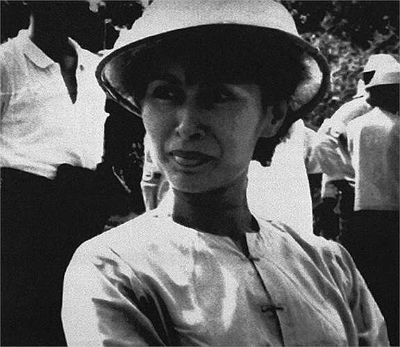 Bà Aung San Suu Kyi đội mũ tre trong một hoạt động năm 1989 ở Rangoon
