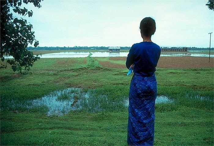 Trầm tư bên bờ một con sông phía Bắc Rangoon