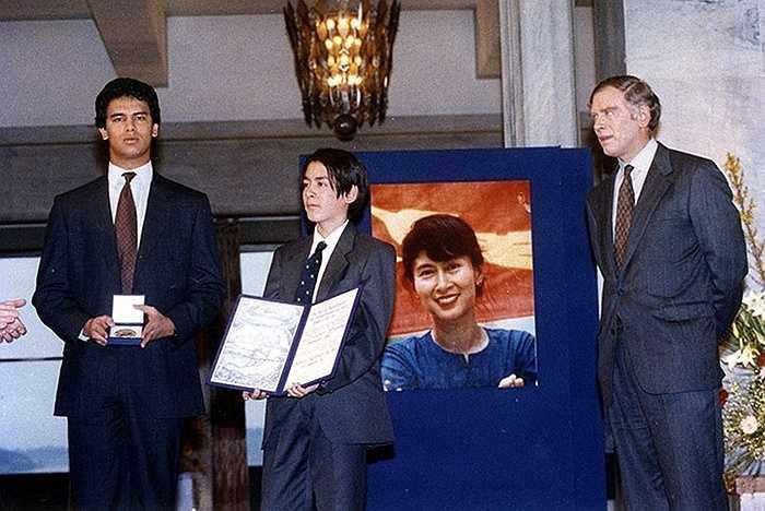 Chồng Michael Aris và con trai Alexander bà nhận giải Nobel Hòa bình hộ năm 1991