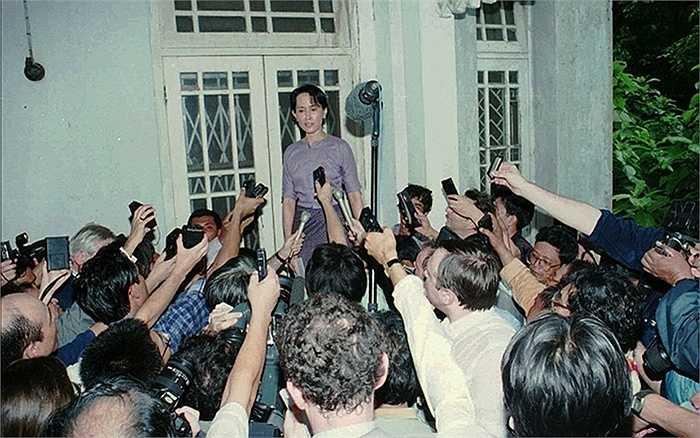 Bà Aung San Suu Kyi bị các phóng viên vây kín trong ngày đầu tiên được phóng thích sau khi bị quản thúc tại nhà năm 1995