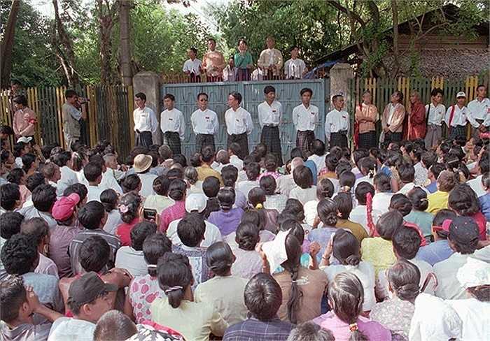 Bà đọc diễn văn cùng các nhà lãnh đạo đảng Liên đoàn Quốc gia vì Dân chủ (NLD) bên ngoài của mình ở Rangoon năm 1996