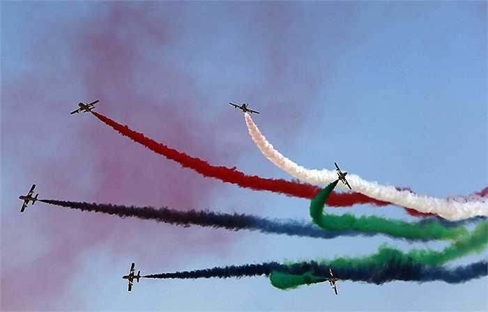 Đội bay nhào lộn Al Fursan của lực lượng không quân UAE trình diễn trên bầu trời