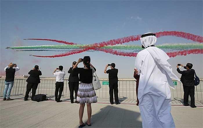 Đội bay nhào lộn Al Fursan của lực lượng không quân UAE trình diễn khai mạc triển lãm
