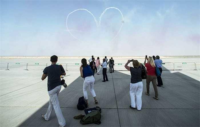 Máy bay 'vẽ' hình trái tim trên bầu trời Dubai