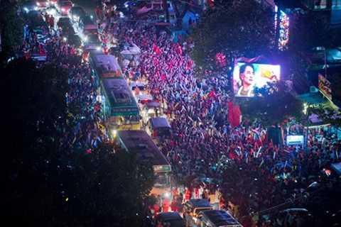 Người dân Myanmar đổ ra đường ăn mừng kết quả bầu cử. Ảnh: NYTimes