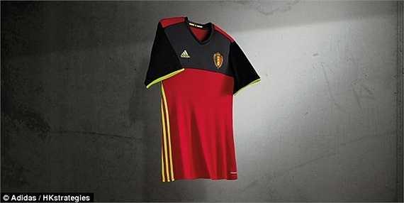 Một ứng viên nặng ký khác cho chức vô địch là ĐT Bỉ cũng ra mắt áo đấu chính thức. Thay vì tông màu đỏ duy nhất, 'Những chú quỷ đỏ' đã cách điệu phần trên áo bằng màu đen