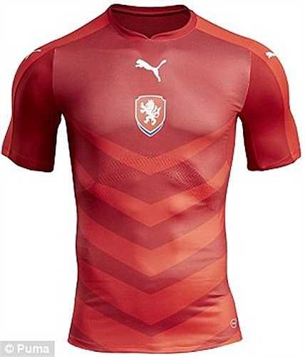 ĐT CH Czech cũng trình làng áo đấu chính thức Euro 2016. Nó khá giống với áo đấu hiện tại của Bồ Đào Nha
