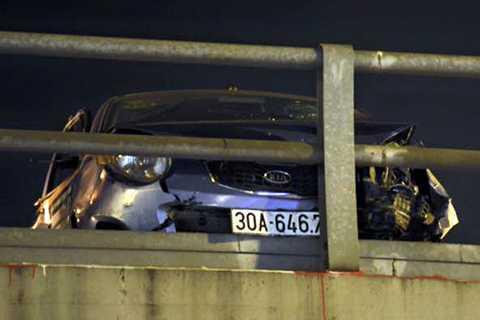 Tài xế taxi hoảng loạn, mở cửa gieo mình xuống làn đường phía dứơi sau khi chiếc taxi húc vào lan can cầu.