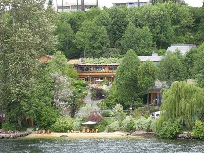 Địa điểm 'ẩn náu' của tỷ phú giàu nhất hành tinh. Bill Gates xây dựng nơi ở của mình hài hòa với thiên nhiên và gần như tách biệt. Căn nhà nằm trên một quả đồi và bao quanh bởi những tán cây rộng lớn
