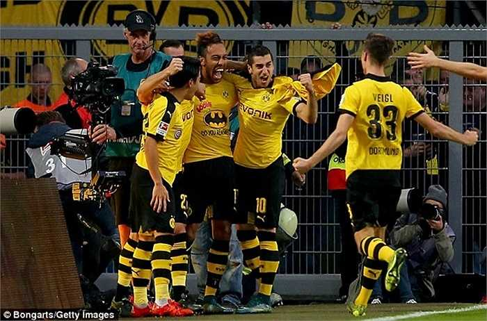 Aubameyang nổ súng 14 lần tại Bundesliga và tổng cộng là 22 bàn/20 trận trên tất cả các mặt trận. Con số này thậm chí còn ấn tượng hơn cả Robert Lewandowski của Bayern Munich