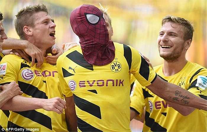 Màn ăn mừng kinh điển của Aubameyang khi anh ghi bàn giúp Dortmund đánh bại Bayern Munich ở siêu cúp nước Đức