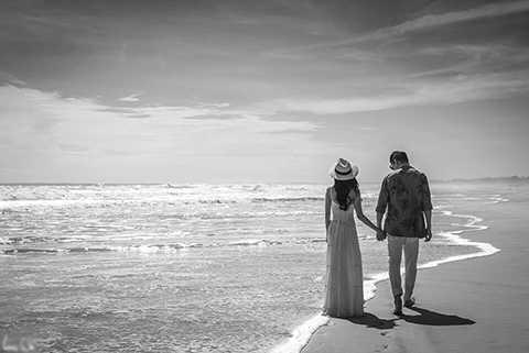 Những hình ảnh vô cùng lãng mạn và hạnh phúc khi Lương Thế Thành nắm tay bà xã tương lai đi dạo bãi biển đã khiến nhiều người phải ganh tị.