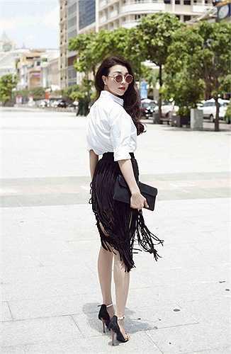 Sở hữu làn da trắng mịn cùng vóc dáng chuẩn, cô tự tin diện nhiều style khác nhau với tua rua.