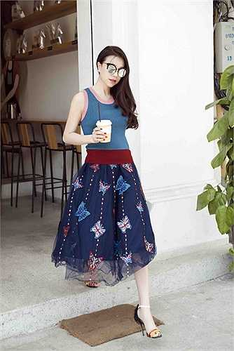 Những bộ cánh cô mặc đều chủ yếu đến từ các thương hiệu thời trang bình dân như Zara, Top Shop... cô mix cùng kính mắt hàng hiệu.