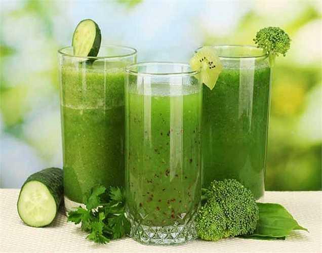Nước ép giảm béo: 10 gram cải xoăn, rau bina 5 gram, 5 gam dưa chuột và 5 gram rau diếp. Pha loãng nước ép rau bằng nước và uống nó. Nước quả này sẽ giúp đốt cháy mỡ ở eo và đùi. Uống nước này vào sáng sớm khi đói. Thực hiện điều này trong một tháng để cho hiệu quả tốt.