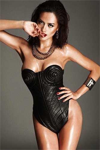 Như Vân sinh năm 1991, cô có thân hình săn chắc, nóng bỏng và làn da nâu rất 'Tây'.