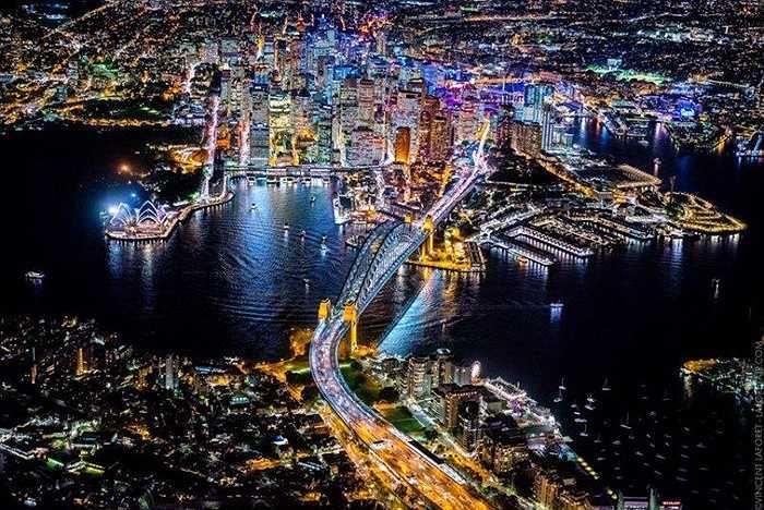 Nhiếp ảnh gia Vicent Laforet từng giành giải Pulitzer đã chụp được những hình ảnh các thành phố từ trên cao về đêm. Hình trên là Sydney với cầu cảng và những du thuyền