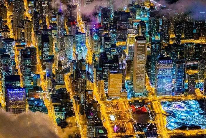 Chicago về đêm lấp lánh ánh đèn từ những tòa cao ốc hiện đại và tráng lệ