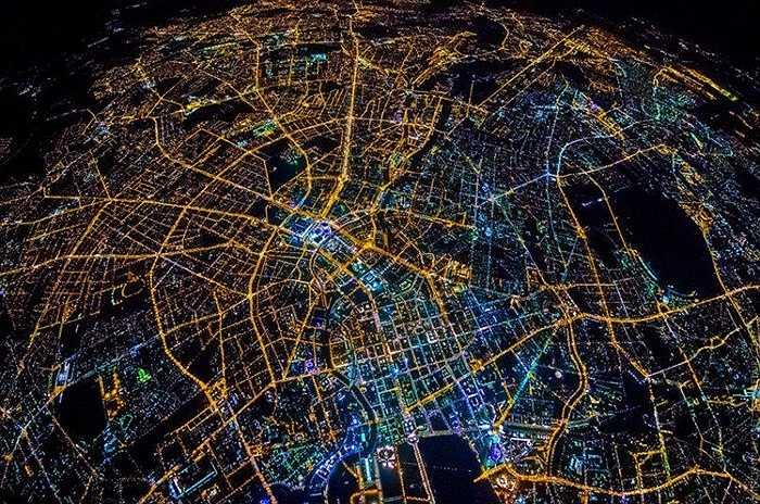 Hình ảnh Berlin nhìn từ trên cao. Các tuyến đường giao thông vành đai tạo nên hệ thống giao thông rất độc đáo