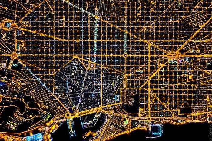 Barcelona trong ảnh về đêm với hàng ngàn con đường chằng chịt