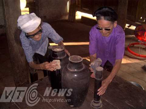 Hai chiếc bình cổ gỗ mít hiện thuộc sở hữu của anh Thắng