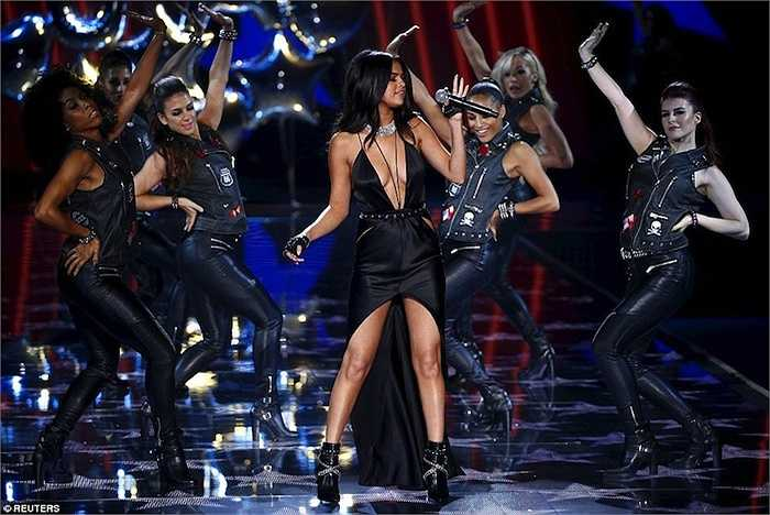 Selena Gomez diện đồ cắt xẻ táo bạo trong màn trình diễn của mình.