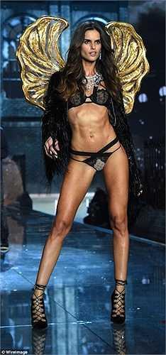 Izabel Goulart nổi bật với nội y đen và đôi cánh vàng.