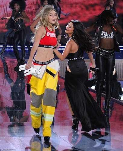 Cô tự tin trình diễn trên nền nhạc của người bạn thân là nữ ca sỹ Selena Gomez.