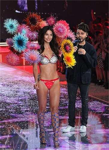 Lily Aldridge trình diễn bộ đồ lót trị giá 2 triệu USD trên sân khấu BST Firewors (pháo hoa).