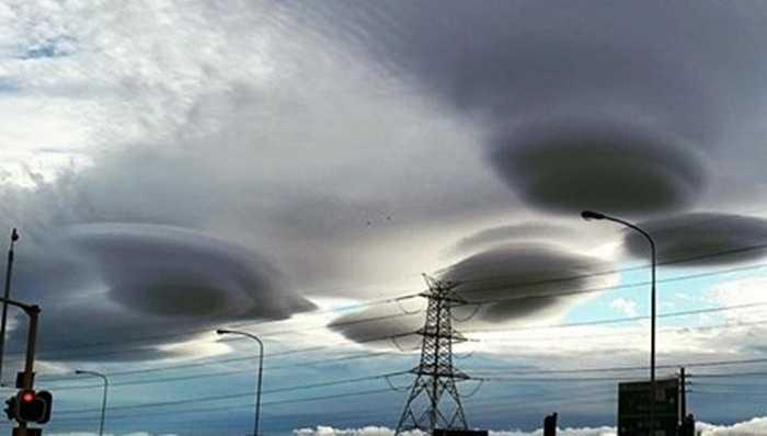Cuối tuần qua, những đám mây có hình UFO đột nhiên xuất hiện trên bầu trời tại thị trấn Cape (Nam Phi) khiến nhiều người hoang mang, lo sợ