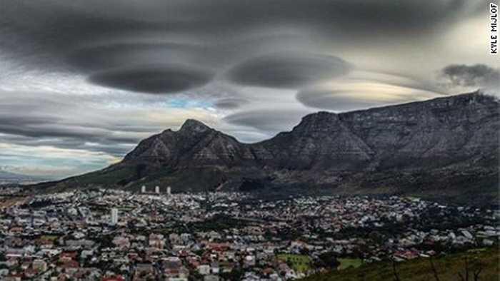 Những đám mây tối màu ùn ùn che phủ bầu trời tại Cape Town, đây là lần đầu tiên hiện tượng này xảy ra