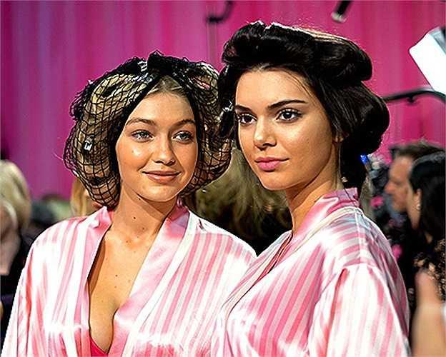 Show diễn nội y 'đình đám' thế giới Victoria's Secret vừa diễn ra ngày hôm qua (10/11), quy tụ loạt người mẫu hàng đầu thế giới. Kendall Jenner và Gigi Hadid là hai người mẫu mở màn đang chuẩn bị trong hậu trường.