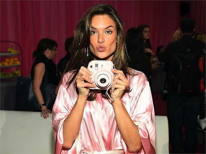 Cùng ngắm thêm những hình ảnh hậu trường thú vị của show thời trang Victoria's Secret: