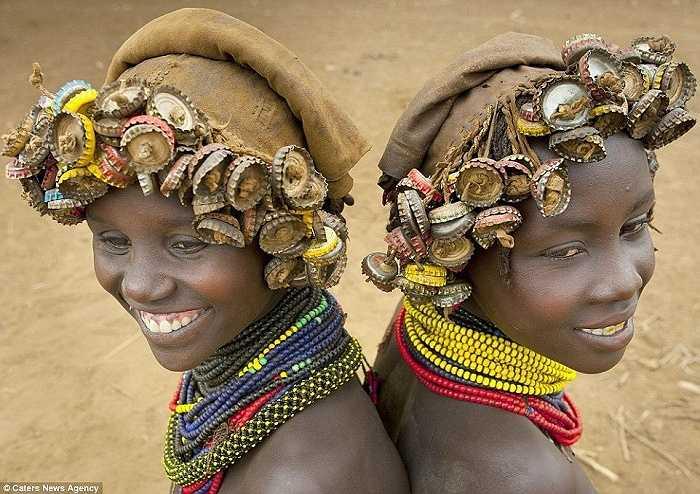 Nhiếp ảnh gia người Pháp Eric Lafforgue đã dành vài năm để ghi lại những hình ảnh về cuộc sống của bộ lạc có thói quen tái chế rác thành đồ trang sức ở thung lũng Omo, gần biên giới Kenya