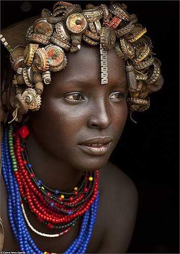 Nhiều đồ dùng bằng ki loại không còn giá trị sử dụng lại trở thành món đồ trang sức ấn tượng của người Daasanech