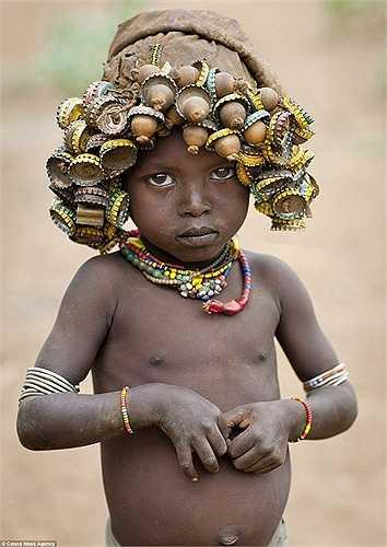 Trẻ em cũng được đeo những trang sức đặc biệt này trên đầu