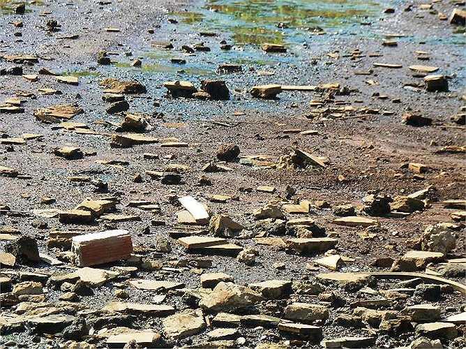 Gạch, đá tràn lấp 'kênh thối' Ấp Chiến Lược thuộc Q.Bình Tân, TP.HCM