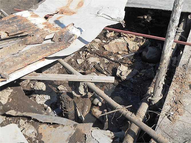 Gỗ mục, tôn rỉ sét, rác bẩn nằm kín một đoạn kênh