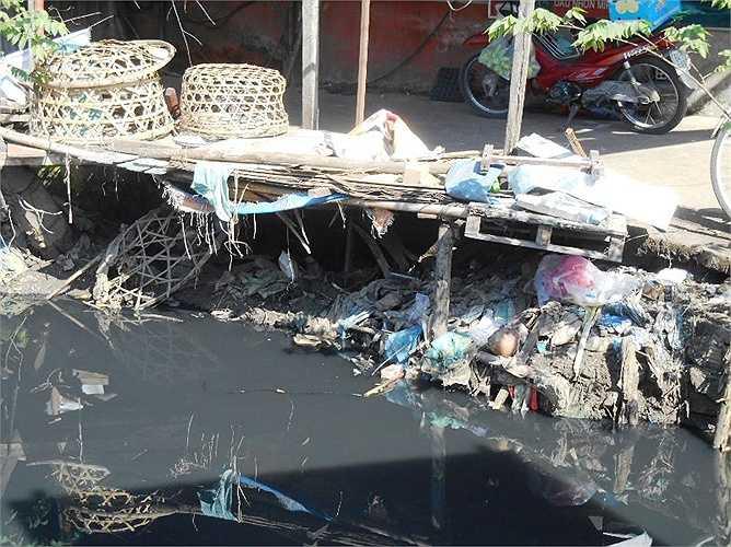 Mặc dù cơ quan chức năng đã cho nạo vét kênh nhưng chỉ được vài hôm rác lại ngập tràn trở lại.