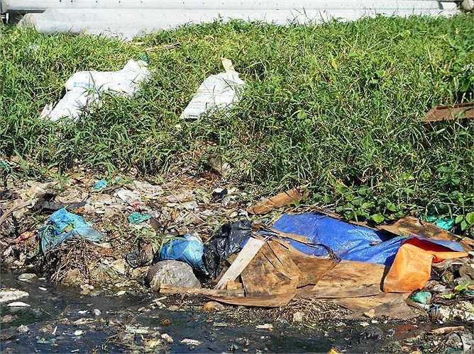 Rác thải không những làm tắc nghẽn dòng chảy mà còn ảnh hưởng nghiêm trọng đến vệ sinh môi trường