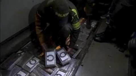 Cảnh sát bắt giữ hơn nửa tấn cocaine trên 2 xe chở CĐV Colombia