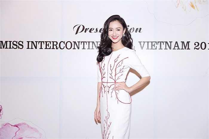 Xuất hiện trong bộ váy đơn giản, thanh lịch của NTK Vincent Đoàn, Hà Thu bày tỏ niềm vui được đại diện Việt Nam tham gia cuộc thi HH Liên lục địa năm nay.