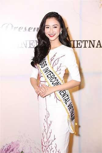 Ekip Hà Thu cũng chia sẻ thành phần các NTK tham gia hỗ trợ trang phục cho cô tại cuộc thi năm nay, gồm NTK Võ Việt Chung phụ trách trang phục truyền thống, NTK Vincent Đoàn hỗ trợ trang phục dạ hội.