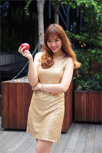 Hari Won cũng có mặt tại sự kiện. Cô diện một bộ đầm ngắn ôm sát.