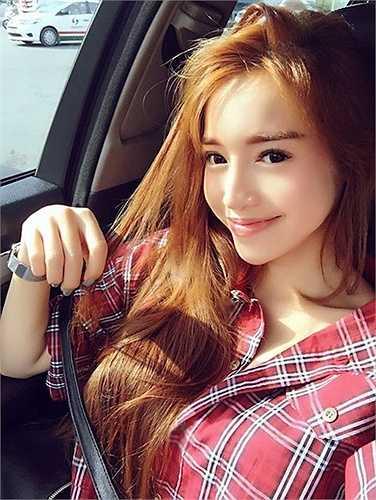 Với góc chụp nghiêng, Elly khéo léo khoe gương mặt V -line xinh đẹp