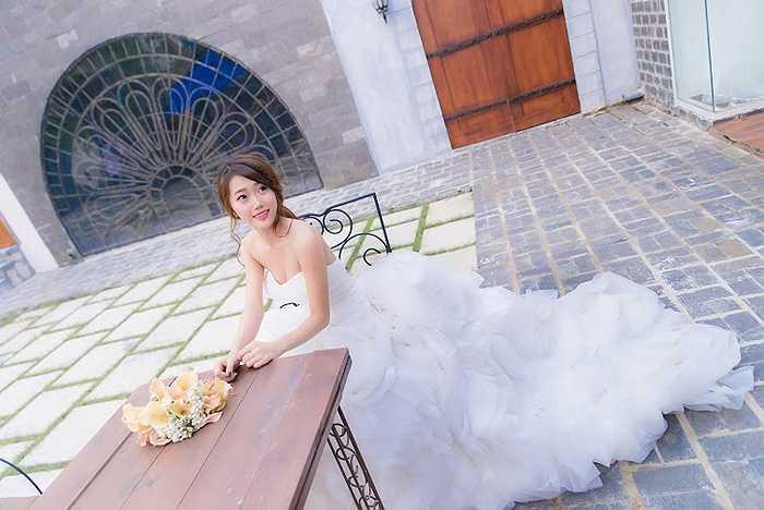 Quỳnh luôn quan niệm: 'Người con gái sẽ trở nên xinh đẹp hơn khi khoác trên mình bộ váy cưới'.